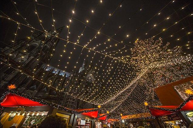 Netten boven de Kerstmarkt in Keulen